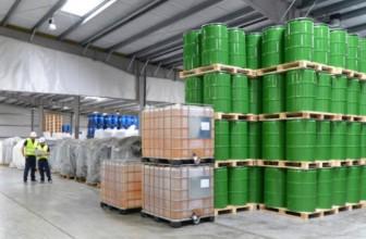 Gestión de almacenamiento: Equipo de seguridad en un almacén de productos químicos